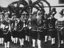 Seit 1886 gibt es den Schäfflertanz in Aschheim, das Foto zeigt Tänzer im Jahr 1928.