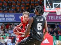 l r im Zweikampf Aktion mit Petteri Koponen 8 FC Bayern Basketball und Jeril Taylor 5 Giessen