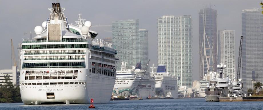 Kreuzfahrtschiff Grandeur of the Seas im Hafen von Miami