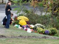 Nach dem Unfall einer Stretch-Limousine in Schoharie im Bundesstaat New York legen Menschen Blumen nieder
