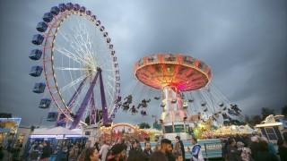 Volksfest Cannstatter Wasen Kettenkarussell und Riesenrad Volksfest Cannstatter Wasen Kettenkar