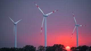 Windenergieanlagen vor Sonnenuntergang