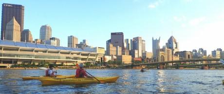 Kajakfahrer vor der Skyline von Pittsburgh