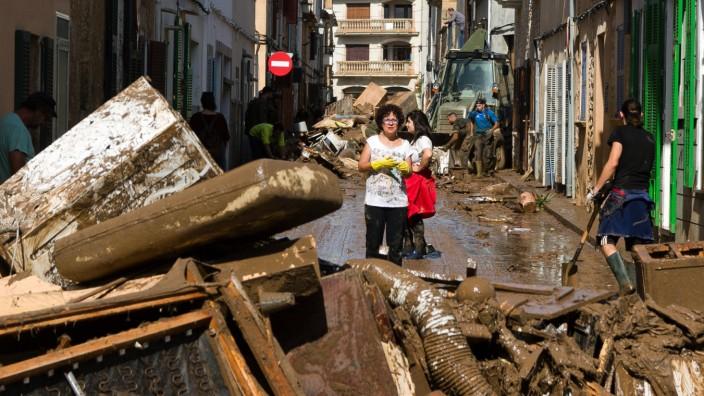 Aufräumarbeiten nach dem Unwetter auf Mallorca