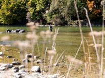 Fischer in der Isar zwischen Cornelius- und Reichenbachbrücke am 10.10.2018.
