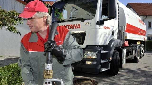 Tankwagenfahrer bei Heizöllieferung in München, 2015