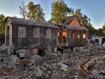 Beim Abriss eines Hauses im mittelfränkischen Feucht tauchen zwei Waggons der Reichsbahn auf.