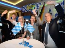 Die niederbayerische AfD-Spitzenkandidatin Katrin Ebner-Steiner und Bundestagsfraktionschefin Alice Weidel winken in Mamming.