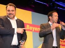 Die erste Hochrechnung begeistert FDP-Landeschef Daniel Föst und FDP-Spitzenkandidat Martin Hagen.