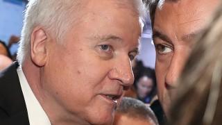 Seehofer schließt Rücktritt aus