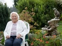 Hildegard Pflügler, die gerade ihr fünftes Buch veröffentlicht hat mit 90 Jahren. Parkstraße 8 Garching-Hochbrück
