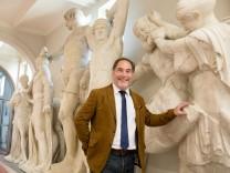 Schulleiter Michael Hotz vor den neuen Figuren des Zeus-Tempels im Wilhelmsgymnasium, Thierschstr. 46
