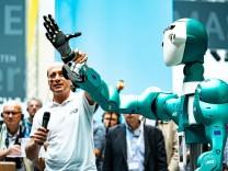 Vorführung eines humanoiden Roboters zur Unterstützung von Arbeitern durch das KIT Karlsruhe Institu