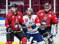 Eishockey CHL Malmö Redhawks EHC Red Bull München 181016 Stefan Warg and Goalkeeper Cristopher N