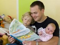 Elternzeit-Väter machen später auch mehr im Haushalt
