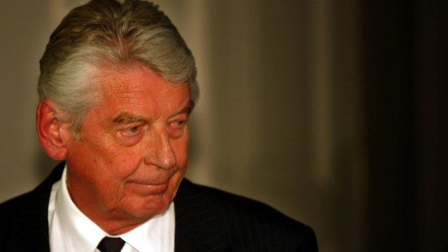 FILE PHOTO: Dutch Prime Minister Wim Kok announces the resignation of the Dutch government in The Hague