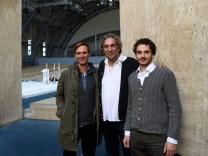 Spielleiter Christian Stückl (Mitte) präsentiert die Hauptdarsteller Frederik Mayet (links) und Rochus Rückel.