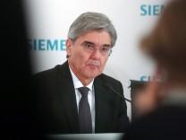 Siemens-Vorstand Joe Kaeser auf einer Pressekonferenz
