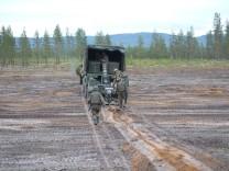 """Bundeswehr Soldaten legen mit dem Minenverlegesystem 85 während des Nato Großmanöver """"Trident Juncture"""" Panzerminen vom Typ DM-31 in Norwegen, 2018"""