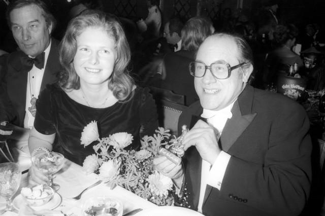 Fasching München 1979 Opernintendant August Everding mit dem Karl Valentin Orden ausgezeichnet ne
