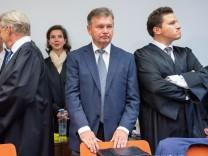 Der ehemalige Miesbacher Landrat Jakob Kreidl vor dem Landgericht München.