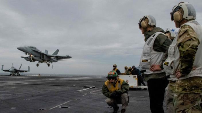 NATO-Generalsekretär Jens Stoltenberg auf einem US-Flugzeugträger