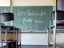 Der Unterricht faellt aus steht auf einer Schultafel geschrieben Radevormwald Deutschland B