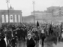 Demonstrationszug am Brandenburger Tor, 1918