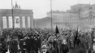 Demonstrationszug am Brandenburger Tor, 1918