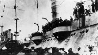 Matrosen auf einem besetzten Schiff in Kiel, 1918