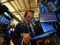 US stocks plunge, sending Dow into the red for 2018
