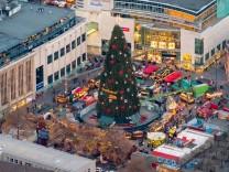 der größte Weihnachtsbaum der Welt steht in Dortmund auf dem Weihnachtsmarkt Hansaplatz Marktbuden
