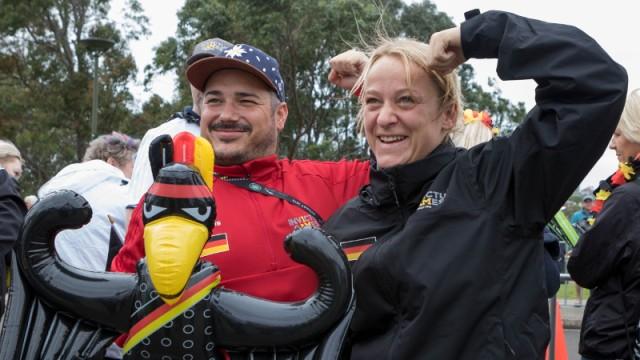 """Stefan Huss und seine Mitstreiterin Steffi Matz halten das deutsche Maskottchen, den """"Invictusadler"""", am Rande des Liegendrad-Wettbewerbs."""