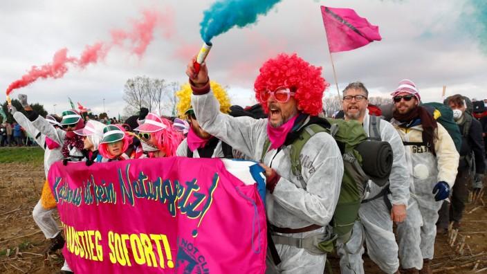 """Klimaschutz - Aktivisten des Bündnisses """"Ende Gelände"""" protestieren beim Tagebau Hambach."""