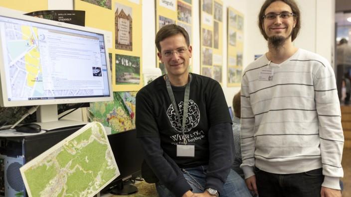 Die Münchner Wikipedia-Mitarbeiter Michael Schönitzer (rechts) und Jan-Patrick Fischer beim Tag der offenen Tür
