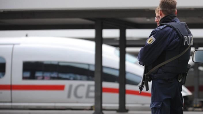 Polizisten vor einem ICE