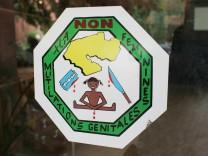 Hinweisschild gegen die Beschneidungspraxis an Maedchen und Frauen in Benin Natitingou Benin S