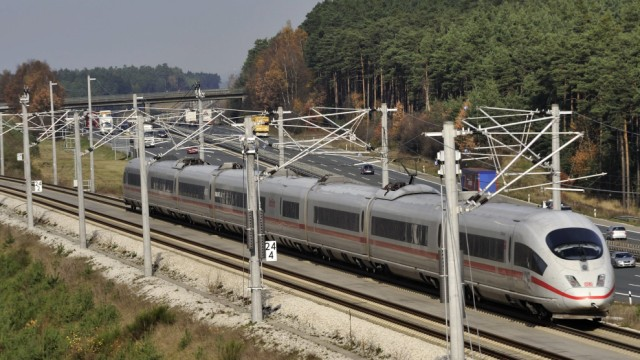 ICE Allersberg DEU 11 11 2008 ICE Hochgeschwindigkeitsstrecke Nürnberg Ingolstadt Daneben die A9