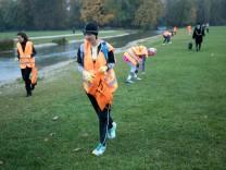 Plogging-Event im Englischen Garten. Plogging ist ein Trend aus Schweden, bei dem Leute joggen und gleichzeitig Müll aufheben.