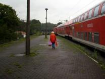 Regionalzug an einem Bahnhof