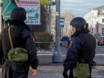 Russland - Polizisten nahe des FSB-Büro in Archangelsk