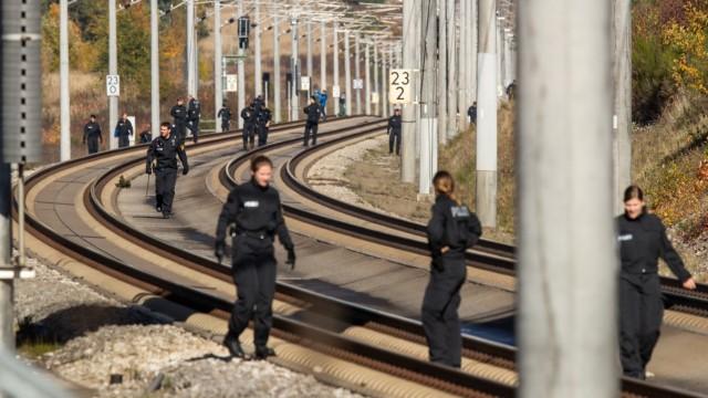 ICE-Anschlag - Polizisten suchen im Oktober 2018 eine ICE-Strecke ab