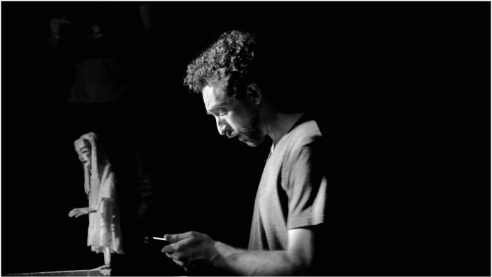 """- Eric (Adrian Castilla)fliegt in """"Jetlag"""", dem ersten Theaterstück des österreichischen Autors Roland Hagenberg, immer wieder von Tokio nach München, um sich um seine demente Mutter zu kümmern. Die wird auf der BÜhne die meiste Zeit von einer Marionett"""