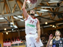 Danilo Barthel 22 FC Bayern Basketball beim Dunk HAKRO Crailsheim Merlins vs FC Bayern Basketba