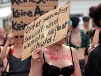 Slutwalk München Bayern Deutschland Slutwalks wenden sich gegen Sexismus und gegen die Rechtferti