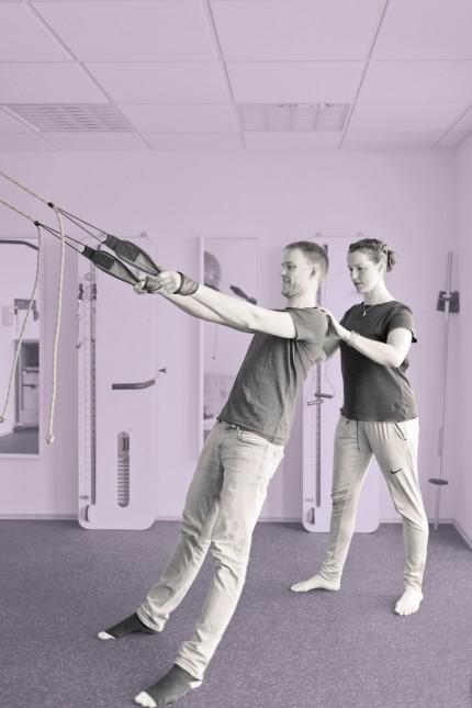 Physiotherapeutin und Patientin bei einer Behandlung in einer Physiotherateutischen Praxis Bonn 25