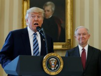 Donald Trump mit Justizminister Jeff Sessions