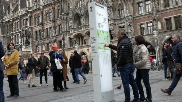 Orientierungs-Stele Marienplatz vor Rathaus: Oberbürgermeister Dieter Reiter übergibt die erste Stele des neuen Fußgänger-Orientierungssystems Innenstadt ihrer Bestimmung. Das System erleichtert nicht nur die Orientierung, sondern bietet darüber hina