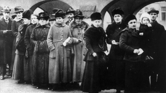 100 Jahre Frauenwahlrecht - Frauen wählen zum ersten Mal
