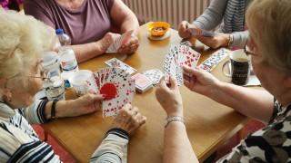 Rentnerinnen beim Kartenspielen